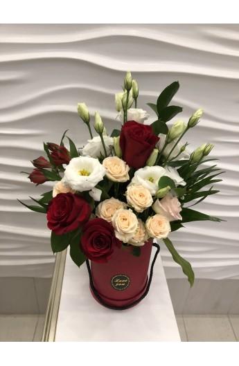 Aranjament in cutie cu trandafiri, miniroze, eustoma