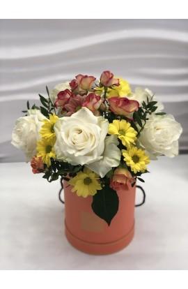 Aranjament in cutie cu trandafiri albi miniroze exemplu 5