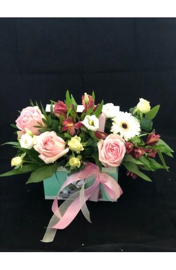 Aranjament In Cufar Cu Trandafiri si Alstroemeria