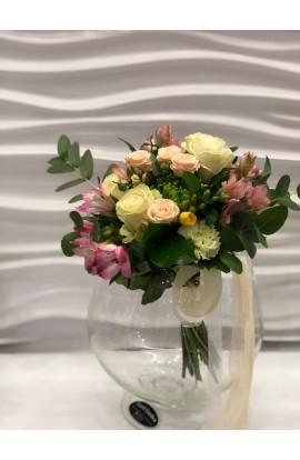 Buchet in Alb si Roz Cu Flori Mixte De Sezon